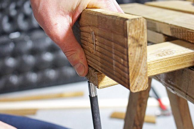 Comment faire tenir un sapin sans pied maison design - Comment faire un sapin en bois ...