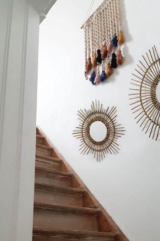 Accumulation de miroirs dans une montée d'escalier