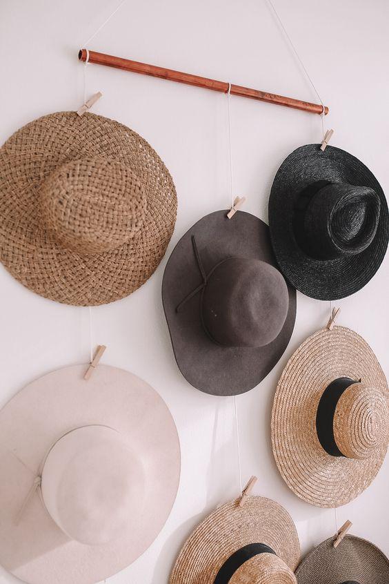 accumulation de chapeaux comme décoration