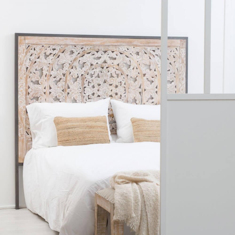 tête de lit en bois clair sculptée