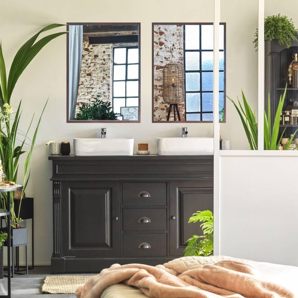 Salle de bain avec miroirs en bois foncé