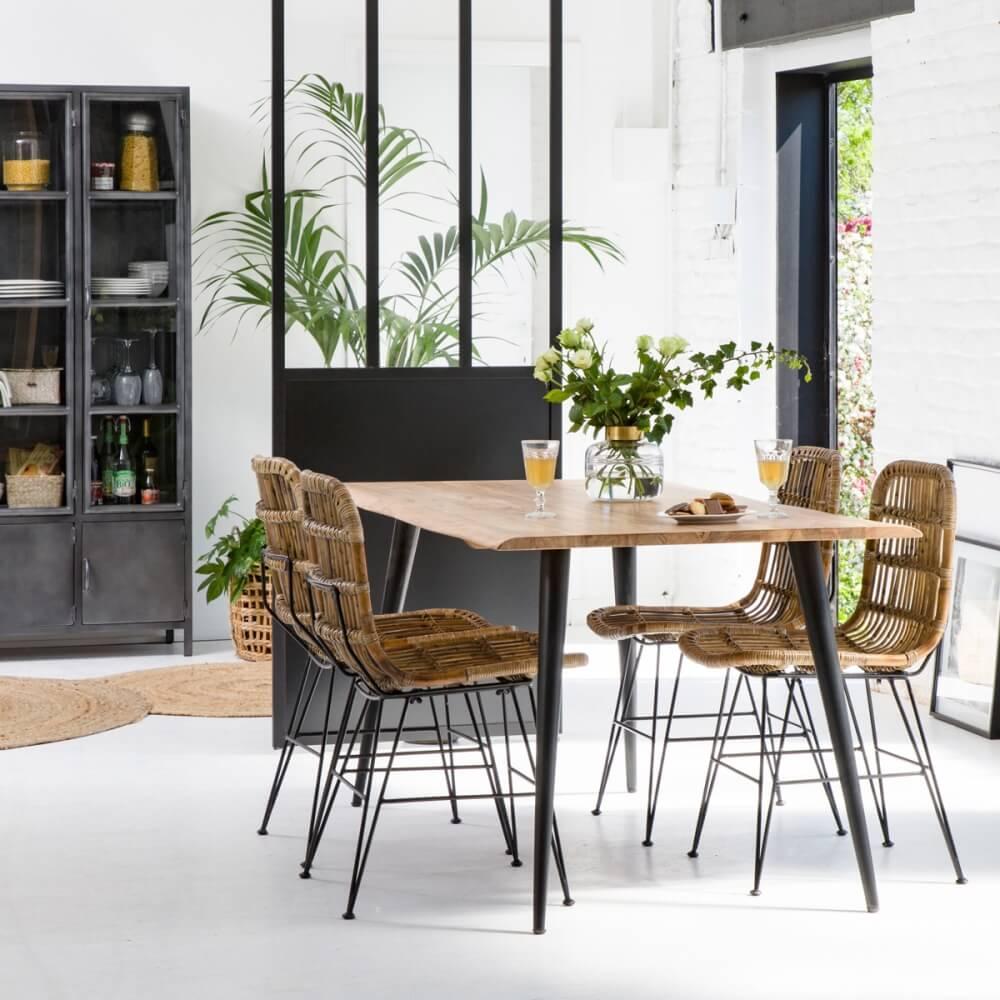 table à manger style industriel avec chaises en rotin