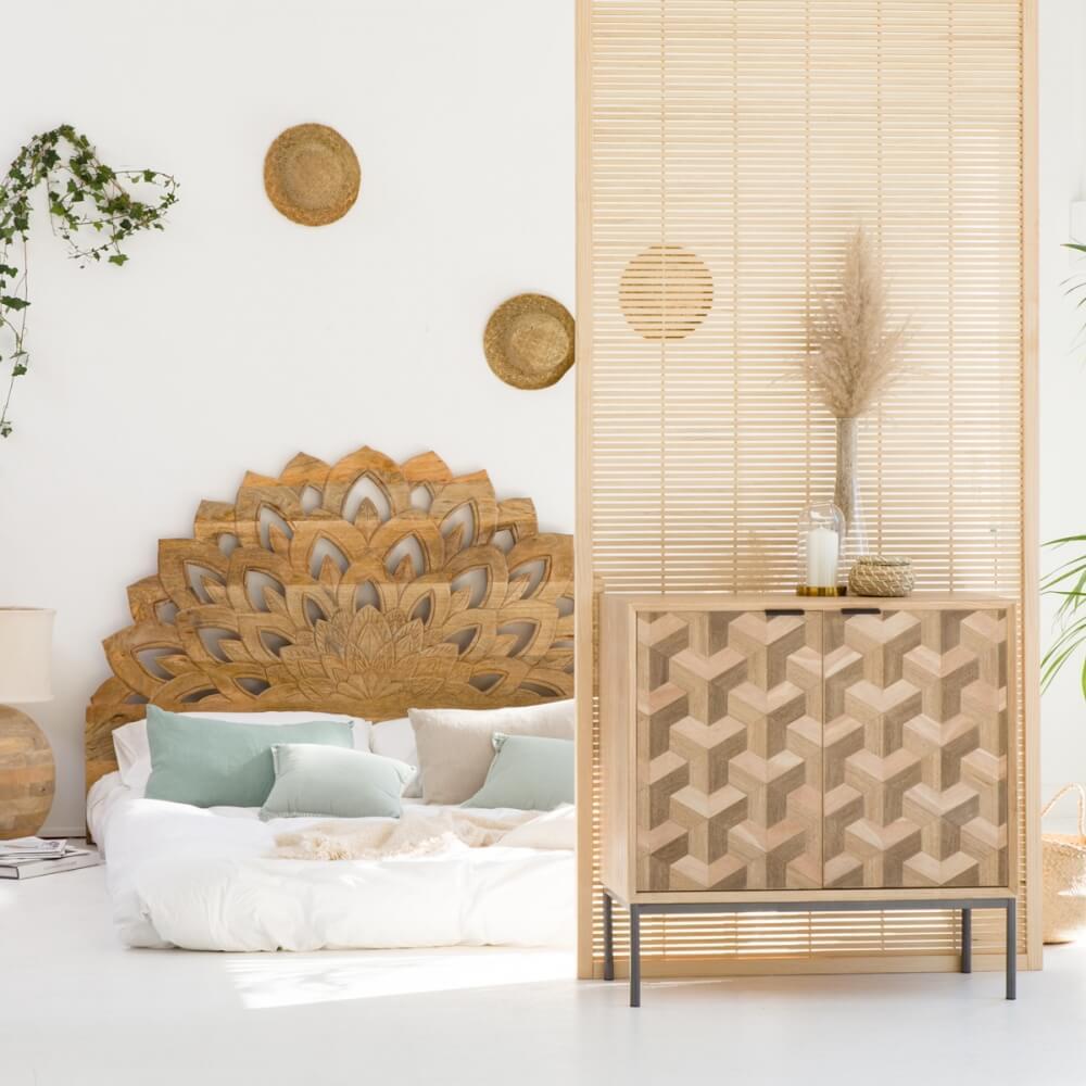 Tête de lit en bois sculptée en forme de lotus pour une ambiance zen et décontractée